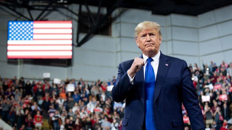 """El presidente de los Estados Unidos, Donald Trump, llega para un mitin de la campaña """"Keep America Great"""" en Milwaukee, Wisconsin, el 14 de enero de 2020. (SAUL LOEB / AFP /Getty Images)"""