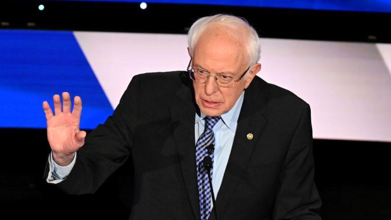 El senador Bernie Sanders (I-Vt.) durante el séptimo debate primario demócrata de la temporada de campaña presidencial 2020 en el campus de la Universidad Drake en Des Moines, Iowa, el 14 de enero de 2020. (Robyn Beck / AFP a través de Getty Images)