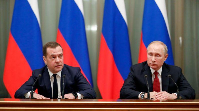 El líder ruso Vladimir Putin (d) y el primer ministro Dmitry Medvedev (i) se reúnen con miembros del gobierno en Moscú el 15 de enero de 2020. (DMITRY ASTAKHOV / SPUTNIK / AFP / Getty Images)