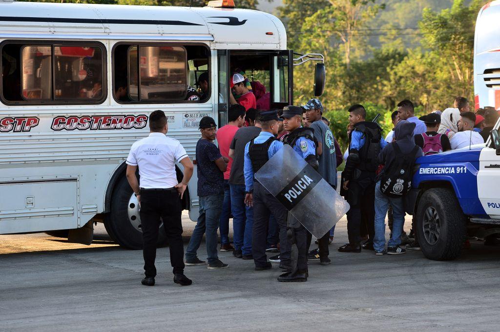 Nueva caravana sale de Honduras y rompe las vallas policiales para entrar a Guatemala