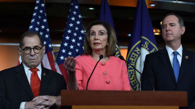 La Presidente de la Cámara de Representantes de los Estados Unidos, Nancy Pelosi (D-CA), con los gerentes de la impugnación, el representante Adam Schiff (D-CA) (d) y el representante Jerry Nadler (D-NY), habla en una conferencia de prensa para anunciar a los siete gerentes del impeachment en el Capitolio el 15 de enero de 2020, en Washington, DC. (OLIVIER DOULIERY/AFP vía Getty Images)