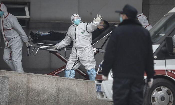 El personal médico transfiere pacientes al hospital Jinyintan en Wuhan, China, el 17 de enero de 2020. (Getty Images)