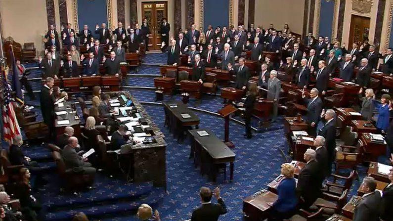 El presidente de la Corte Suprema de Justicia, John Roberts (Izq), administra la juramentación ante los senadores de Estados Unidos durante los procedimientos del impeachment el 16 de enero de 2020 en Washington DC. (Senate Television a través de Getty Images)