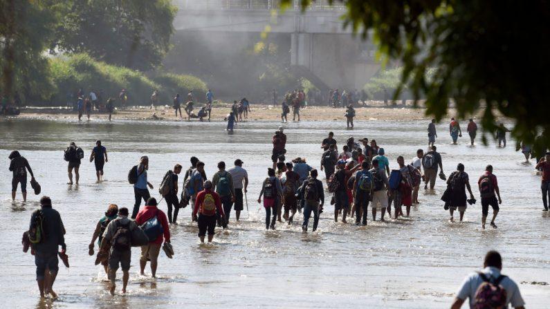 Migrantes centroamericanos cruzan el río Suchiate a Tecum Uman, la frontera natural con Guatemala en Ciudad Hidalgo, Estado de Chiapas, México, el 21 de enero de 2020. (ALFREDO ESTRELLA/AFP vía Getty Images)