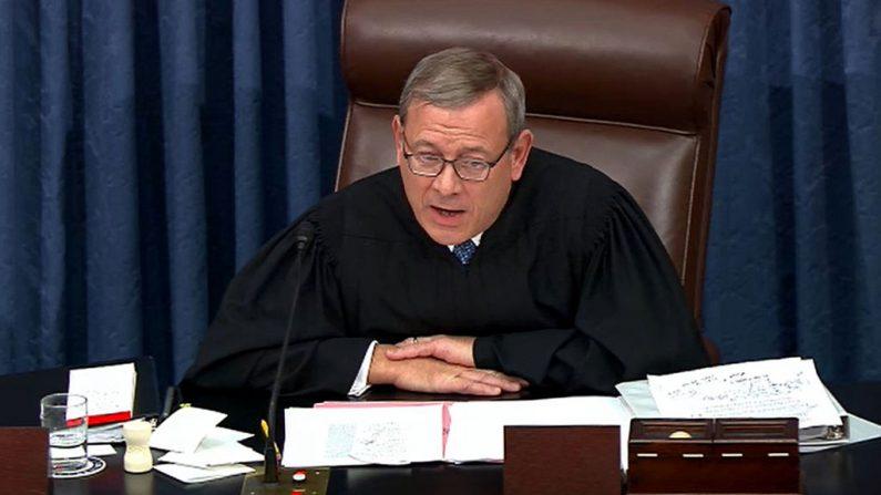El presidente del Tribunal Supremo, John Roberts, durante los procedimientos de juicio político contra el presidente de EE.UU., Donald Trump, en el Capitolio de los Estados Unidos el 22 de enero de 2020 en Washington, DC (EE.UU.). (Foto de Senate Television vía Getty Images)