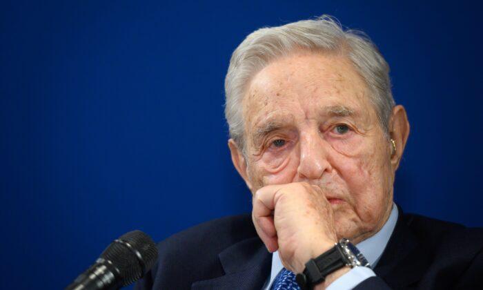 El financiero y filántropo húngaro-estadounidense George Soros observa durante un discurso al margen de la reunión anual del Foro Económico Mundial (FEM) en Davos, Suiza, el 23 de enero de 2020. (Fabrice Coffrini/AFP vía Getty Images)