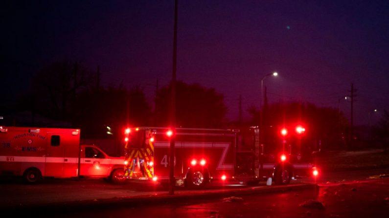 Los bomberos y los servicios de emergencia llegan al lugar de una explosión reportada en Houston, Texas, el 24 de enero de 2020. (MARK FELIX/AFP /AFP via Getty Images)