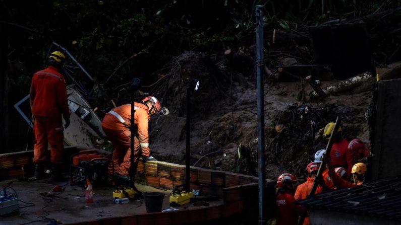Los equipos de rescate buscan víctimas en dos casas que colapsaron debido a las fuertes lluvias en Ibirite, estado de Minas Gerais, Brasil, el 24 de enero de 2020. (DOUGLAS MAGNO / AFP / Getty Images)