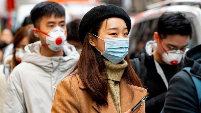 Los peatones usan máscaras quirúrgicas en China Town de Londres (Reino Unido) el 25 de enero de 2020. (NIKLAS HALLE'N / AFP / Getty Images)