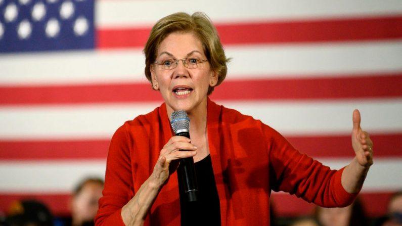 La candidata presidencial demócrata, la senadora Elizabeth Warren (D-MA), habla durante una parada de la campaña en Cedar Rapids, Iowa, el 26 de enero de 2020. (STEPHEN MATUREN/AFP vía Getty Images)
