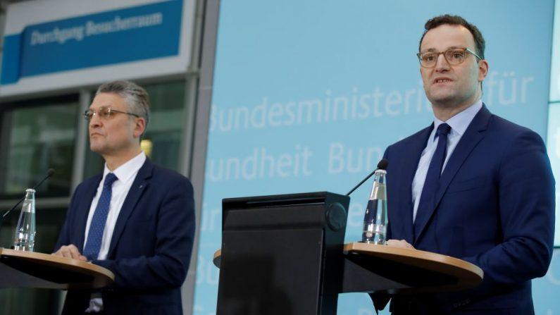 El Ministro de Salud alemán Jens Spahn (R) habla junto al presidente del Instituto Robert Koch, el Dr. Lothar H. Wieler, el 28 de enero de 2020 en Berlín durante una conferencia de prensa sobre la situación después de que un hombre alemán contrajera la nueva cepa de coronavirus. (ODD ANDERSEN/AFP vía Getty Images)