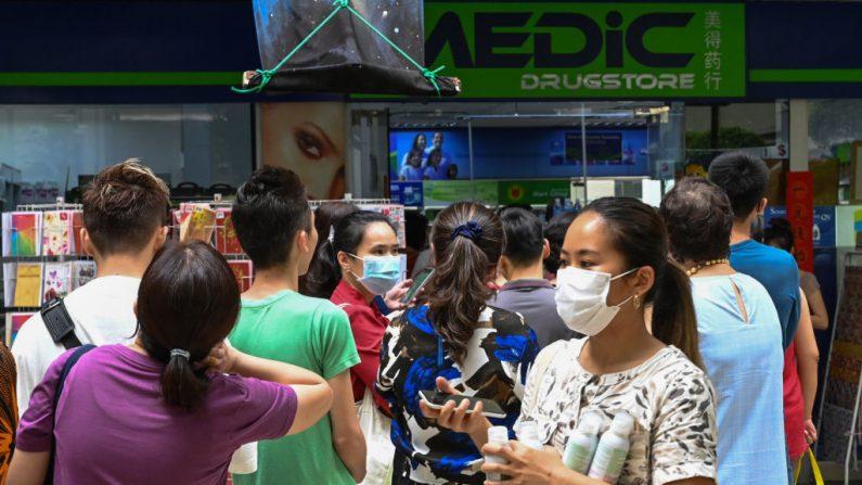 La gente hace cola frente a una farmacia en Singapur el 29 de enero de 2020. (ROSLAN RAHMAN / AFP / Getty Images)