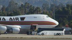 Pasajero intentó dejar una base militar después de volar desde China; el CDC emite cuarentenas