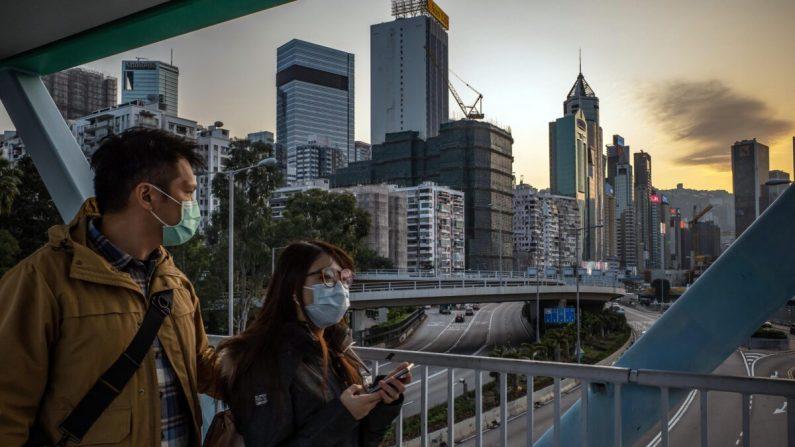 Personas con mascarillas protectoras caminan en un puente peatonal en Hong Kong, China, el 29 de enero de 2020. (Anthony Kwan/Getty Images)