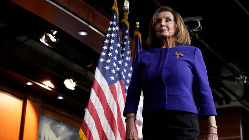 La presidenta de la Cámara de los Estados Unidos, Nancy Pelosi (D-CA), sale después de responder preguntas durante una conferencia de prensa en el Capitolio de los Estados Unidos el 9 de enero de 2020 en Washington, DC. (Win McNamee/Getty Images)