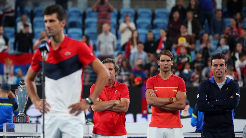 Rafael Nadal de España observa como Novak Djokovic de Serbia pronuncia un discurso de victoria, después de que Serbia derrotó a España en la Final de la Copa ATP en el día 10 de la Copa ATP en el Ken Rosewall Arena el 12 de enero de 2020 en Sydney, Australia. (Cameron Spencer/Getty Images)