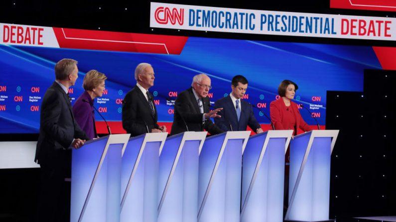 Tom Steyer (a la derecha), la senadora Elizabeth Warren (D-Mass.), El ex vicepresidente Joe Biden, el ex alcalde de South Bend, Indiana Pete Buttigieg y la senadora Amy Klobuchar (D-Minn.) Escuchan mientras el senador Bernie Sanders (I -Vt.) (3º a la derecha ) habla durante el debate primario presidencial demócrata en la Drake University en Des Moines, Iowa, el 14 de enero de 2020. (Scott Olson / Getty Images)