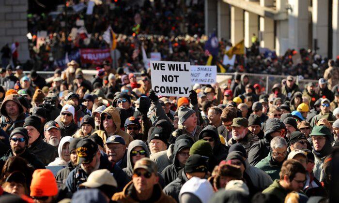 Miles de defensores de los derechos de las armas asisten a un mitin organizado por la Liga de Defensa de los Ciudadanos de Virginia en la Plaza del Capitolio, cerca del edificio de la capital del estado en Richmond, Virginia, el 20 de enero de 2020. (Chip Somodevilla/Getty Images)
