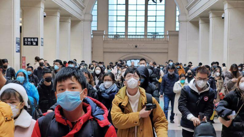 La gente usa máscaras faciales mientras esperan en la estación de tren de Hankou en la ciudad de Wuhan, China, el 22 de enero de 2020. (Xiaolu Chu / Getty Images)
