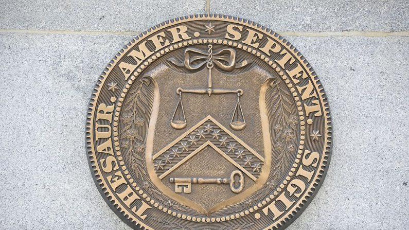 El emblema del Departamento del Tesoro de los Estados Unidos en Washington. (Mladen Antonov/AFP/Getty Images)