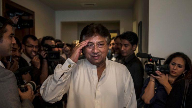 El expresidente paquistaní, Pervez Musharraf saluda al llegar a breves medios de comunicación y partidarios durante una conferencia de prensa antes de su regreso, en la sede del partido Dubai APML el 24 de marzo de 2013 en Dubai, Emiratos Árabes Unidos. (Daniel Berehulak / Getty Images)