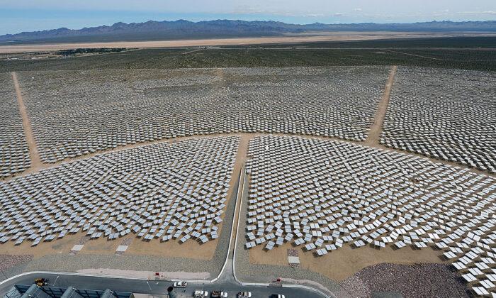 Sistema de generación eléctrica solar de Ivanpah, un sistema de energía solar térmica que alimenta a unos 140.000 hogares, en el desierto de Mojave en California, el 3 de marzo de 2014. El proyecto solar aprobado por la Oficina Federal de Gestión de Tierras el 16 de enero de 2020, también utilizará el sol del desierto de California para cumplir con los elevados objetivos de energía verde, que se calcula que abastecerá a 117.000 hogares. (Ethan Miller/Getty Images)