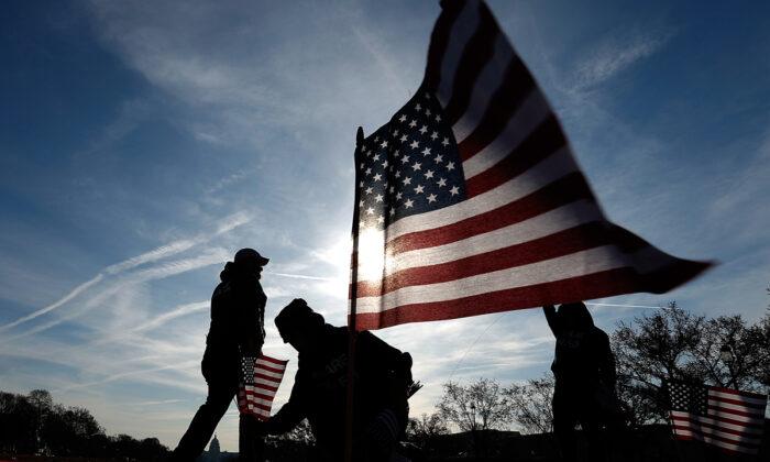 Los veteranos militares de Estados Unidos colocaron 1892 banderas estadounidenses en el Paseo Nacional de Washington