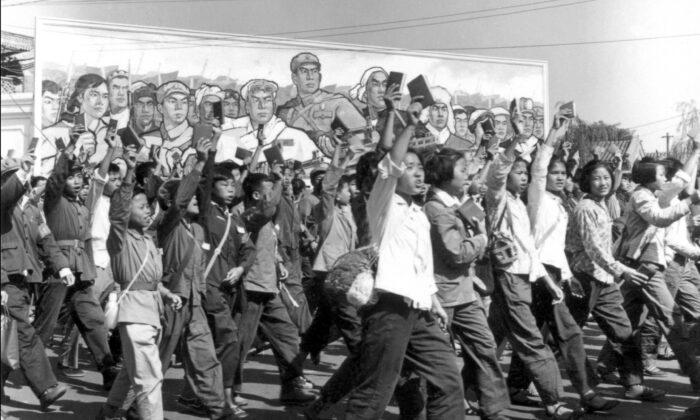 """Los miembros de la Guardia Roja agitan ejemplares del """"Librito Rojo"""" del presidente Mao durante un desfile en Beijing en junio de 1966. Los jóvenes son fáciles de manipular y cuando actúan en conjunto por lo que creen que son buenas causas, esas causas a menudo terminan en desastre y violencia masiva. (Jean Vincent/AFP vía Getty Images)"""