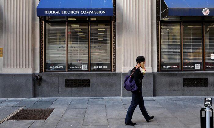 Un peatón pasa por delante de la sede de la Comisión Federal de Elecciones en Washington el 24 de octubre de 2016. (Chip Somodevilla/Getty Images)