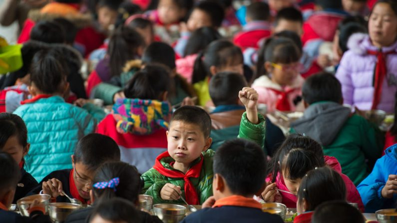 Esta foto tomada el 27 de febrero de 2017 durante una comida en una escuela primaria en Wuhan, en la provincia central china de Hubei. (STR/AFP/Getty Images)