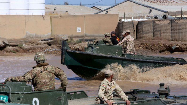 Las fuerzas de la coalición internacional entrenan a los soldados iraquíes en el campamento de Taji, al norte de Bagdad, el 6 de marzo de 2017. - Foto de archivo (SABAH ARAR/AFP a través de Getty Images)