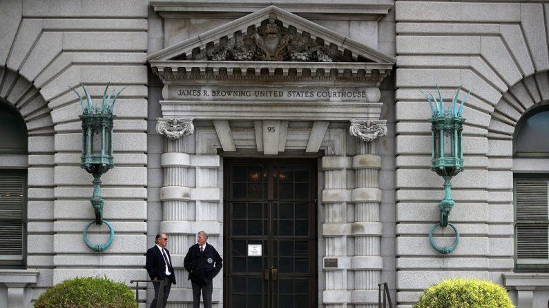 Los guardias de seguridad se paran frente a la Novena Corte de Apelaciones del Circuito de los Estados Unidos en San Francisco, California, el 12 de junio de 2017. (Justin Sullivan/Getty Images)