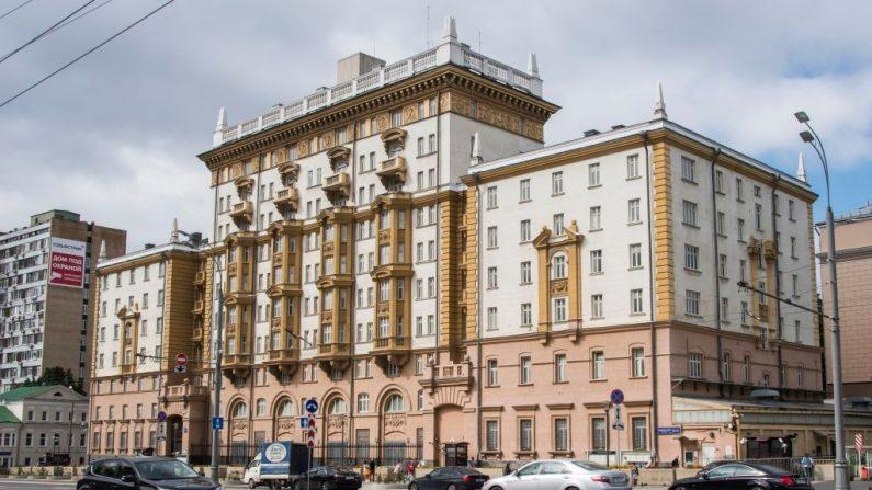 Una vista general muestra el edificio de la embajada de EE.UU. en Moscú, tomada el 31 de julio de 2017 - Foto de archivo (MLADEN ANTONOV/AFP vía Getty Images)