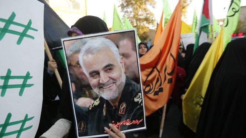 Manifestantes iraníes sostienen un retrato del comandante de la Fuerza Quds de la Guardia Revolucionaria Iraní, general Qassem Soleimani, durante una manifestación en la capital Teherán el 11 de diciembre de 2017. (ATTA KENARE / AFP vía Getty Images)