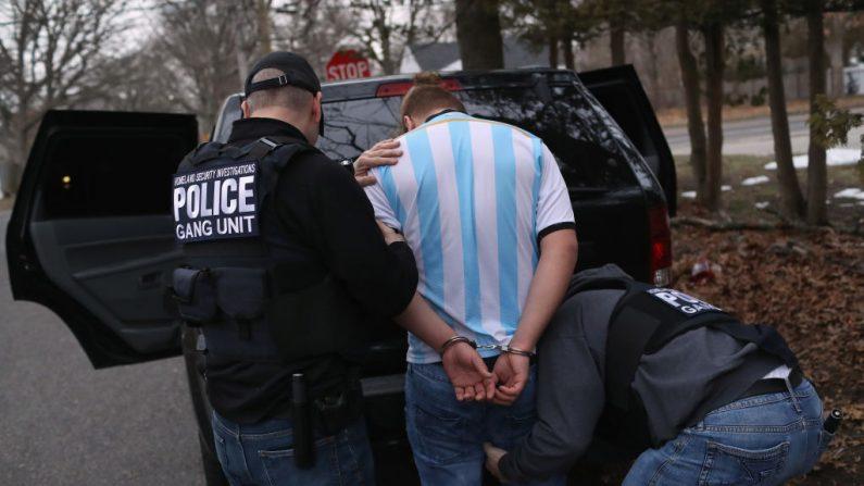 Investigadores de Seguridad Nacional (HSI) los agentes de ICE registran a un presunto miembro de la pandilla MS-13 el 29 de marzo de 2018 en Brentwood, Nueva York. (John Moore/Getty Images)