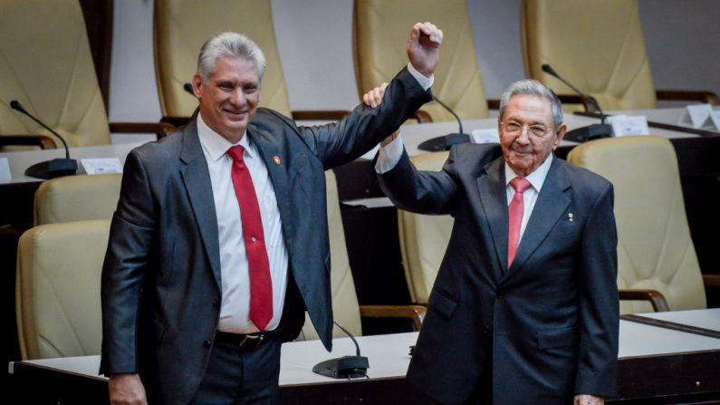 El exlíder cubano Raúl Castro levanta el brazo del recién elegido mandatario cubano Miguel Díaz-Canel durante la Asamblea Nacional en el Palacio de Convenciones el 19 de abril de 2018 en La Habana, Cuba. (Adalberto Roque-Pool / Getty Images)