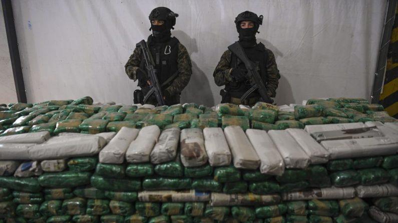 Los oficiales de la gendarmería vigilan los paquetes que contienen cocaína para ser incinerados en un horno en una planta industrial ubicada dentro del aeropuerto internacional de Ezeiza en Buenos Aires (Argentina), el 10 de mayo de 2018, donde se incineraron 15,000 kilos de narcóticos. (EITAN ABRAMOVICH / AFP / Getty Images)