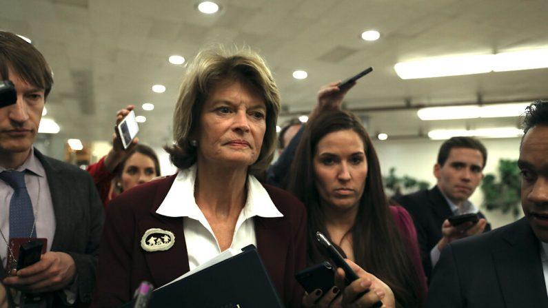La senadora Lisa Murkowski (R-Alaska) camina por el área del sistema de metro del Senado durante una pausa en los procedimientos de impeachment, en el Capitolio de Washington el 28 de enero de 2020. (Charlotte Cuthbertson/The Epoch Times)