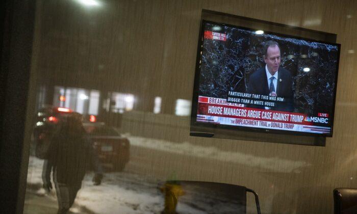 Una pantalla de televisión muestra al representante Adam Schiff (Demócrata de California), responsable del impeachment de la Cámara de Representantes, durante el impeachment del presidente de Estados Unidos Donald Trump, en un hotel de Des Moines, Iowa, el 22 de enero de 2020. (Al Drago/Getty Images)