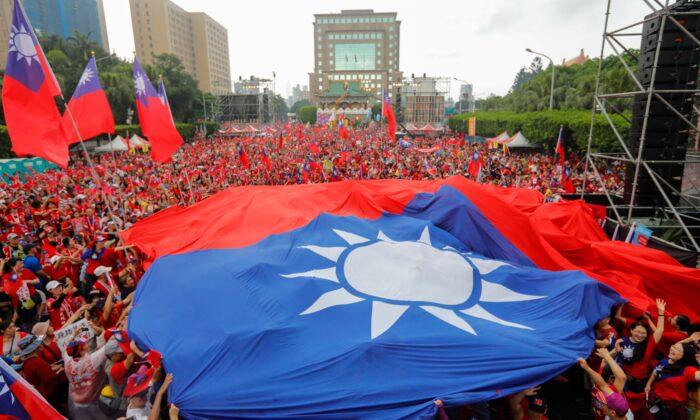 Los partidarios del alcalde de la ciudad de Kaohsiung, Han Kuo-yu, del Partido del Kuomintang, exhiben banderas taiwanesas durante un acto de campaña en Taipei el 1 de junio de 2019. (Daniel Shih/AFP vía Getty Images)