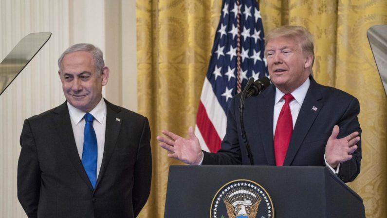 El presidente de Estados Unidos Donald Trump y el primer ministro israelí Benjamin Netanyahu participan en una declaración conjunta en la Sala Este de la Casa Blanca en Washington, el 28 de enero de 2020. (Sarah Silbiger/Getty Images)