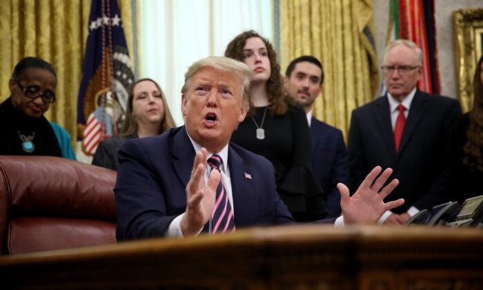 El Presidente Donald Trump habla durante un evento en la Oficina Oval anunciando la orientación sobre la oración constitucional en las escuelas públicas de Washington el 16 de enero de 2020. (Win McNamee/Getty Images)