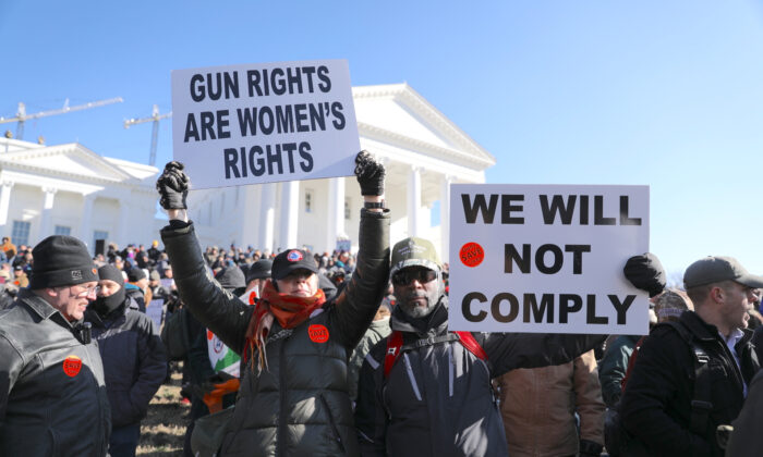 Activistas a favor de los derechos de porte de armas de fuego participan en una manifestación en Richmond, Virginia, el 20 de enero de 2020. (Samira Bouaou/The Epoch Times)