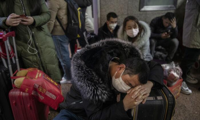 Un hombre chino usa una máscara protectora en una estación de ferrocarril de Beijing en Beijing, China, el 23 de enero de 2020. (Kevin Frayer/Getty Images)