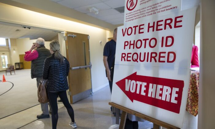Un letrero recuerda a los votantes que necesitan una identificación con foto para votar el Día de las Elecciones en un centro de votación de la Iglesia Presbiteriana de Hillsboro, en Nashville, Tennessee, el 6 de Noviembre del 2018. (Drew Angerer/Getty Images)