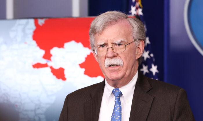 El exasesor de Seguridad Nacional de Estados Unidos, John Bolton, habla en una sesión informativa para la prensa en la Casa Blanca en Washington el 28 de enero de 2019. (Holly Kellum/NTD)