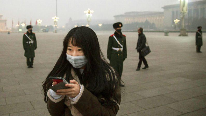 """En China, """"Las redes sociales, las llamadas y los mensajes en los teléfonos móviles están bajo vigilancia"""". (Ilustración - Getty Images)"""