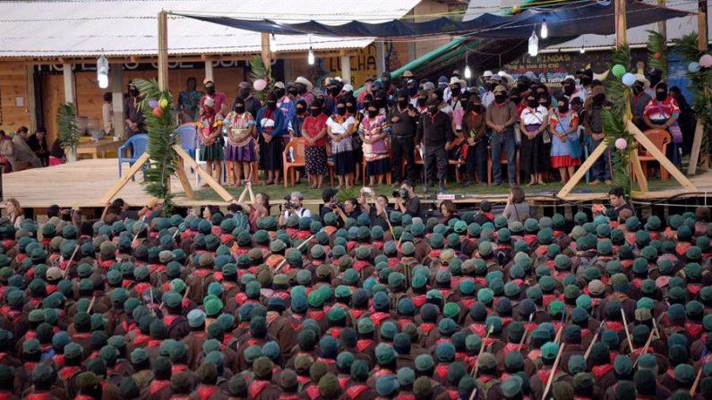 Milicianos del Ejercito Zapatista de Liberación Nacional (EZLN), participan el 31 de diciembre de 2019 en las montañas de la selva lacandona, en un acto previo a su 26 aniversario de su levantamiento armado.  (EFE/Carlos López)