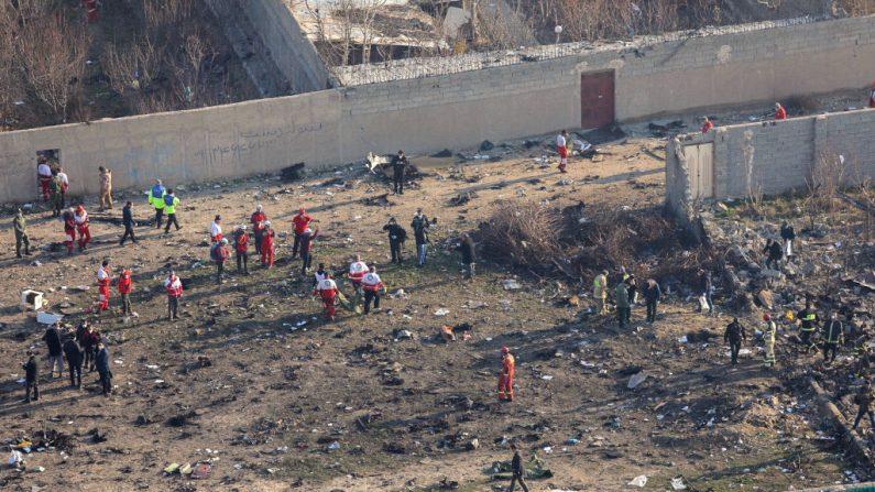 Los equipos de rescate se reúnen en el lugar de los hechos después de que un avión ucraniano que transportaba 176 pasajeros se estrellara cerca del aeropuerto Imam Jomeini de la capital iraní, Teherán, a primera hora de la mañana del 8 de enero de 2020, matando a todos los que iban a bordo. (ROUHOLLAH VAHDATI/ISNA/AFP / Getty Images)
