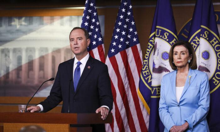 La presidenta de la Cámara de Representantes, Nancy Pelosi (D-Calif.) (izquierda) y el representante Adam Schiff (D-Calif.), presidente de la Comisión de Inteligencia de la Cámara, celebran una conferencia de prensa sobre la investigación de impeachment al presidente Trump en el Capitolio de Washington, el 2 de octubre de 2019. (Charlotte Cuthbertson/The Epoch Times)